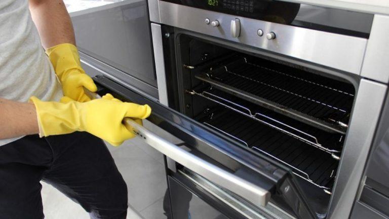 Come pulire il vetro del forno incrostato